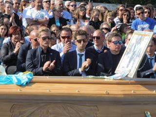 Onder anderen Vinokourov en Aru wonen begrafenis Astana-renner bij