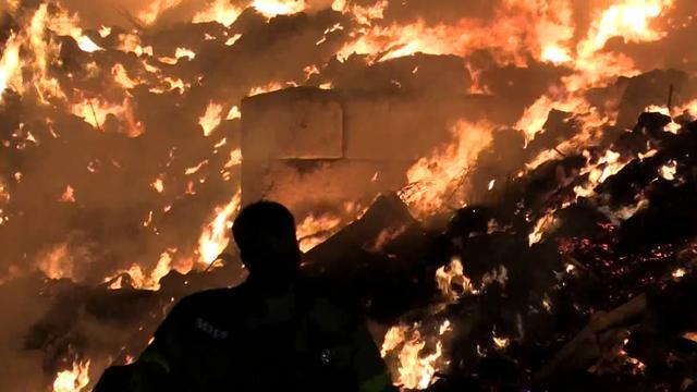 Brandweer blust grote brand bij afvalberg in Varsseveld
