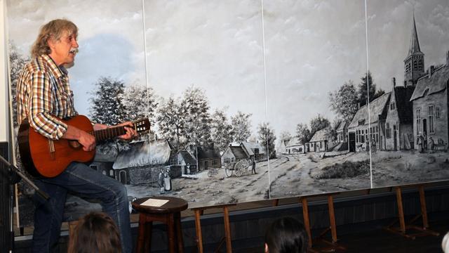 Kunstenaars voorzien dorpshuis in Sprundel van decoratie