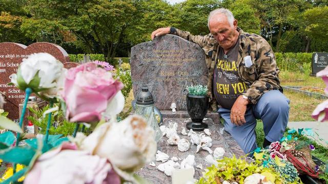 Vandalen vernielen beelden op graf van zoon Nicolaas 'Klaas' Otto