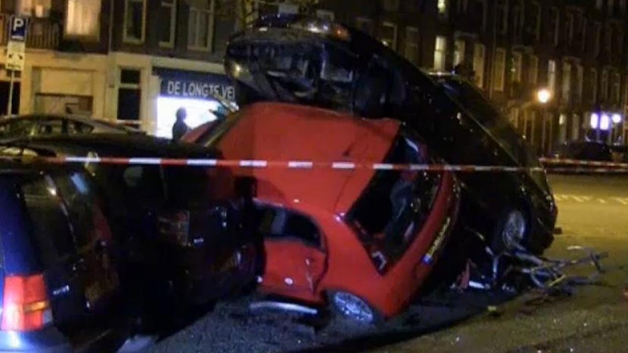 Auto belandt op andere auto's in Amsterdam