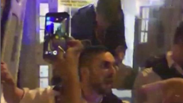 Woedende menigte ziet arrestatie verdachte inrijden moskeegangers Londen
