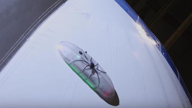 'Robotspinnen' inspecteren zeppelin op piepkleine gaatjes
