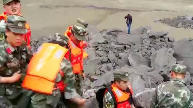 Chinese reddingswerkers zoeken naar overlevenden na aardverschuiving