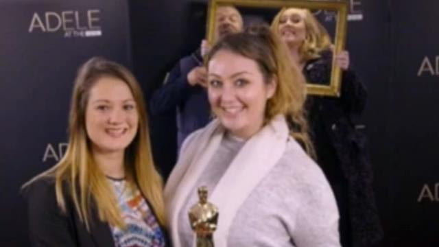 Adele photobombt fans tijdens shoot