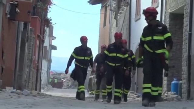 Reddingswerkers Italië gaan huizen binnen