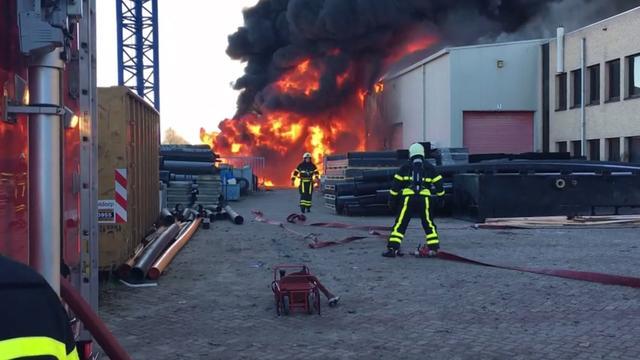 Grote brand bij kunststofgroothandelaar in Waalwijk