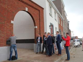 Wethouder Patrick van der Velden krijgt zijn naam vereeuwigd in de 'eerste' steen