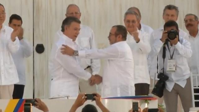 FARC-leider en Colombiaanse president ondertekenen vredesakkoord