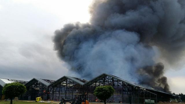 Grote brand bij bedrijf met tuinmeubelen in Uddel