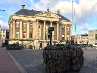 Voertuigen vormen decor voor beëdiging nieuwe militairen