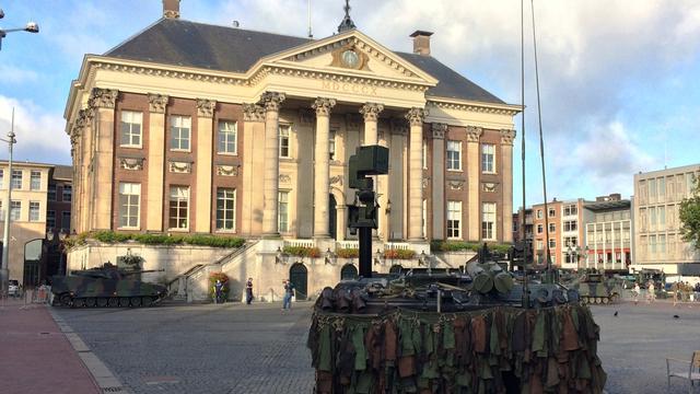 Tanks en pantservoertuigen nemen Grote Markt in
