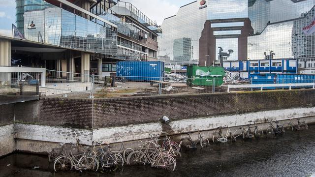 Fietsen komen tevoorschijn bij leegpompen gracht Utrecht