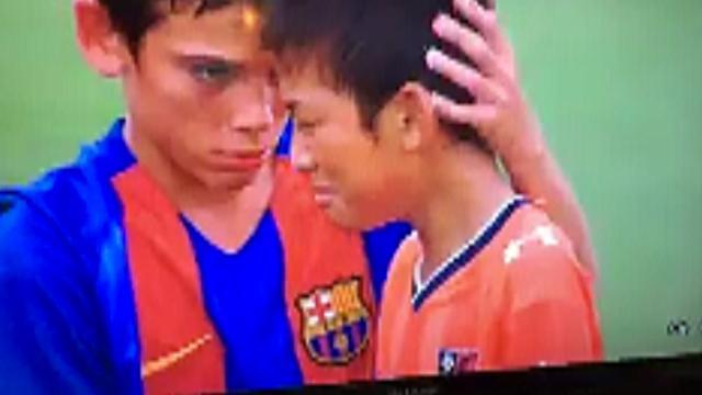 Jeugdploeg FC Barcelona troost Japanse spelers na nederlaag