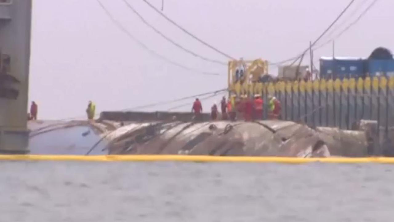 Passagiersschip dat drie jaar geleden zonk voor kust Zuid-Korea omhoog getakeld