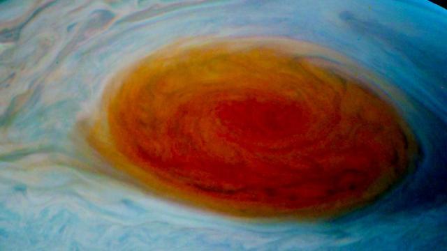 Ruimtesonde maakt foto's van grote rode storm op Jupiter