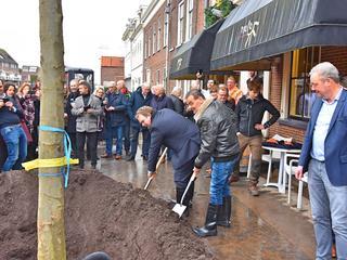 Het planten van bomen maakt deel uit van de vergroening van het stadscentrum