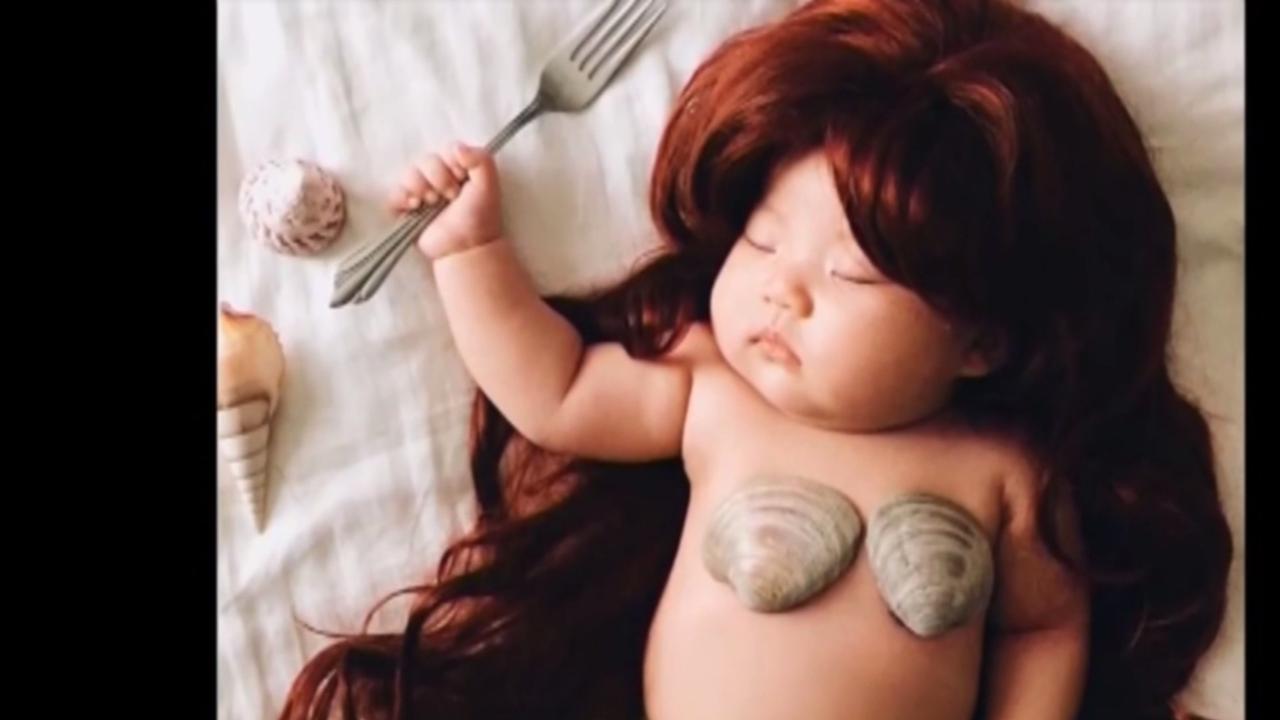 Moeder verkleedt baby tijdens het slapen