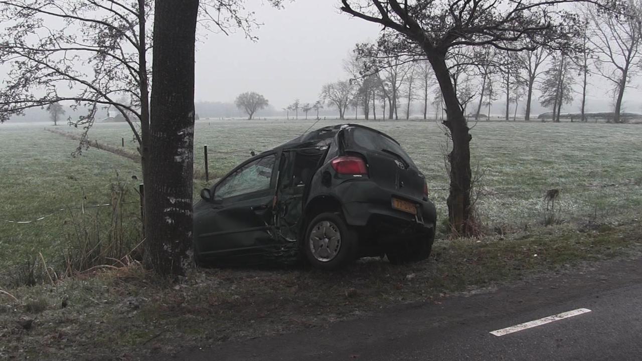 Auto rijdt tegen boom door gladheid in Rouveen