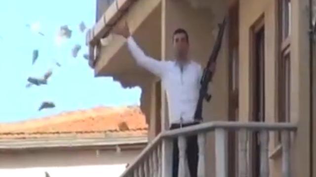 Bankovervaller met geweer gooit geld van balkon in Istanbul