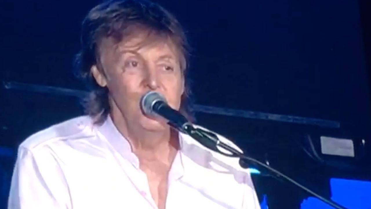 Paul McCartney zingt Hey Jude op Pinkpop