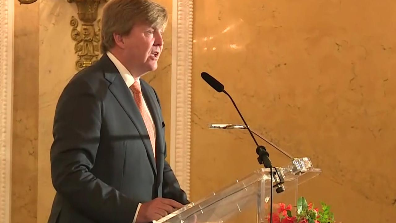 Koning Willem-Alexander reikt Appeltjes van Oranje uit op Paleis Noordeinde