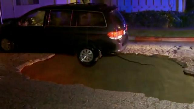 Auto belandt ondersteboven in sinkhole in Los Angeles