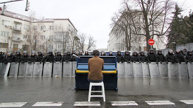 'Maidanpianist' Markiyan Matsekh speelt piano op Utrecht Centraal