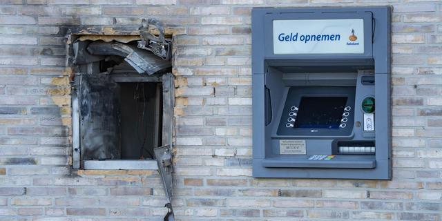 Forse schade na plofkraak bij avondwinkel in Amsterdam, drie arrestaties