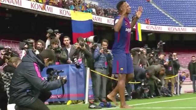 Barcelona aankoop Mina loopt blootvoets veld Camp Nou op