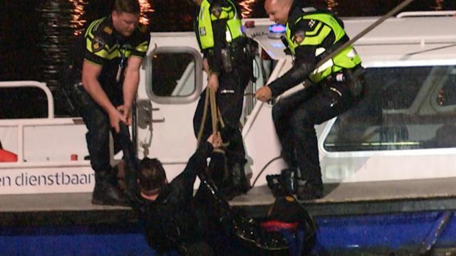Politie vist man uit IJ na wilde achtervolging door Amsterdam