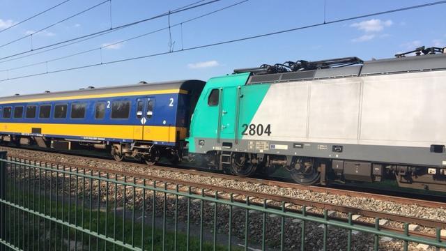 Rook uit defecte trein bij spoorwegovergang tussen Breda en Breda-Prinsenbeek