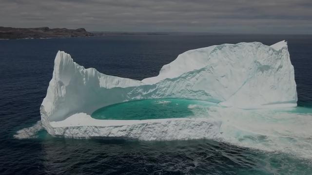 Drone filmt ijsberg met 'lagune' langs Canadese kust