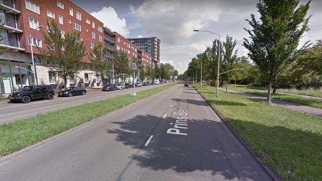 Automobilist rijdt door na botsing geparkeerde auto's Prins Bernhardlaan