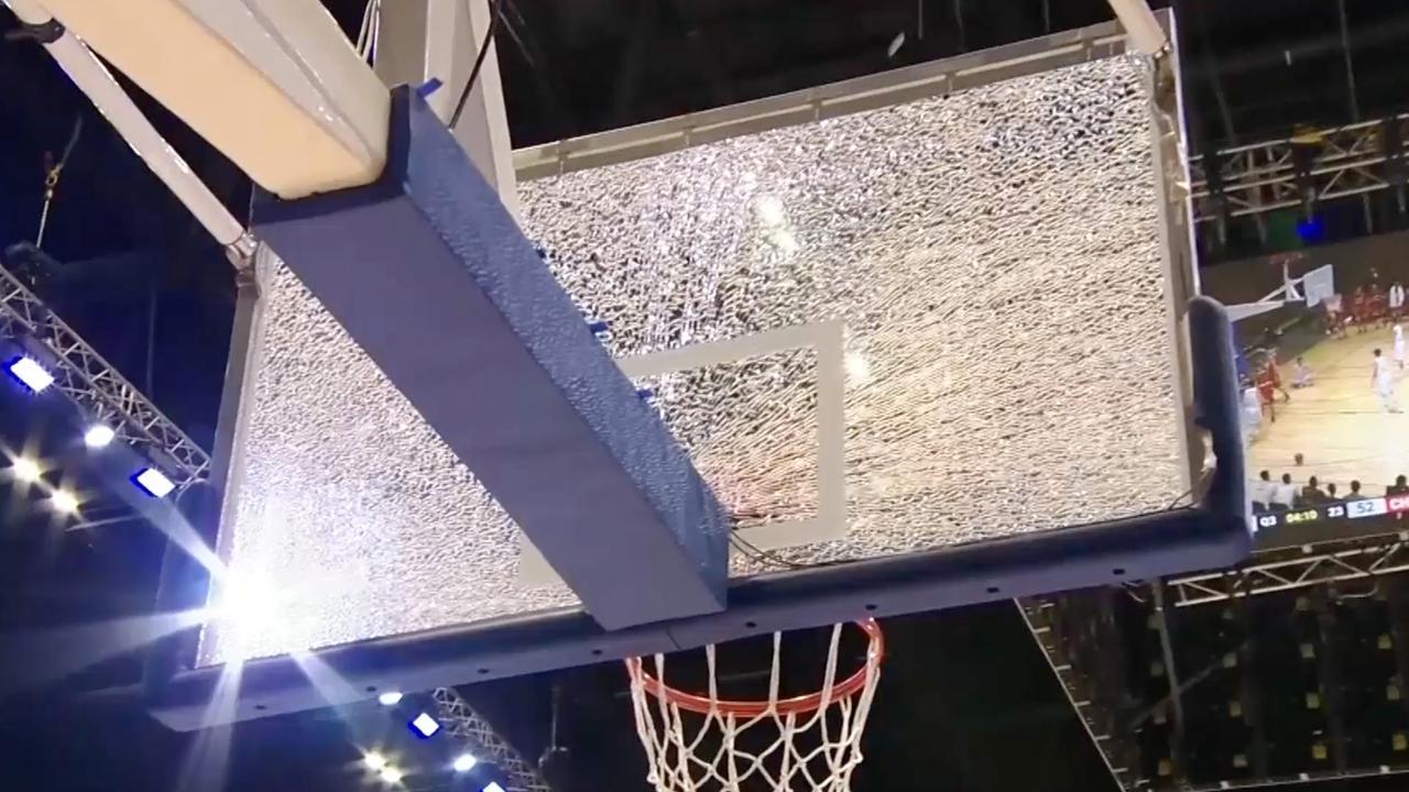 Speler Chiba Jets breekt glazen basketbalbord tijdens dunk