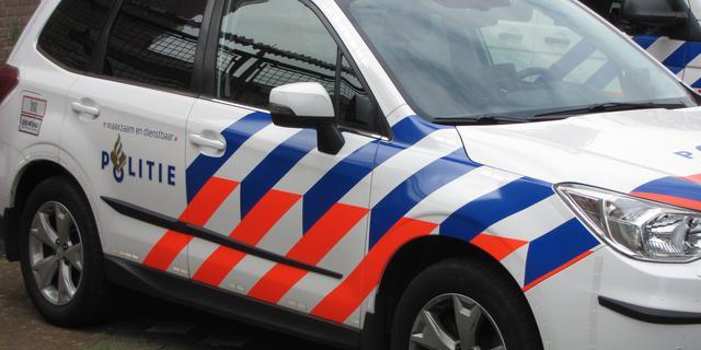 Bedrijfsbusje rijdt in op agenten bij achtervolging Zeeuws-Vlaanderen