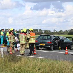 Auto reed op verkeerde weghelft bij zwaar ongeval nabij Wilhelminadorp.