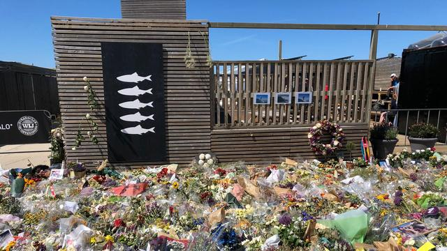 Herdenkingsceremonie op zee voor overleden surfers Scheveningen