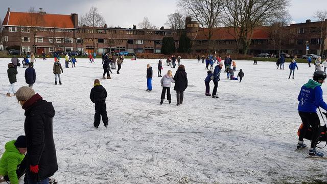 Veel schaatsers op ondergelopen grasveldjes in stad