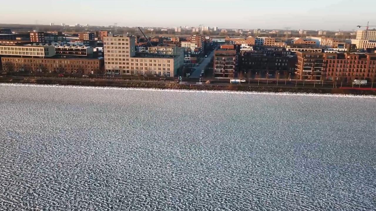 Indrukwekkende dronebeelden van bevroren IJmeer Amsterdam