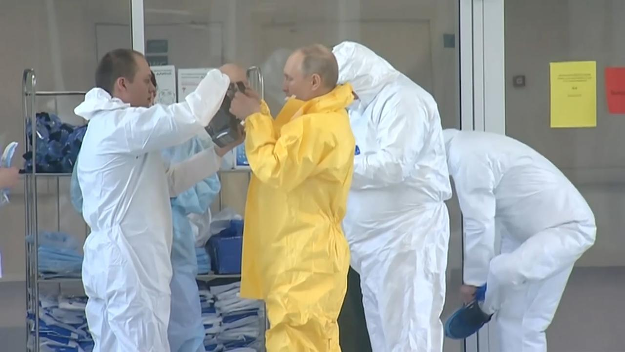 Poetin draagt beschermingspak tijdens bezoek aan ziekenhuis