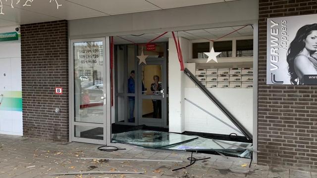 Automobilist (81) ramt pui winkelcentrum Stevensbloem