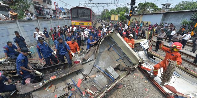 Achttien doden door botsing trein en bus in Jakarta
