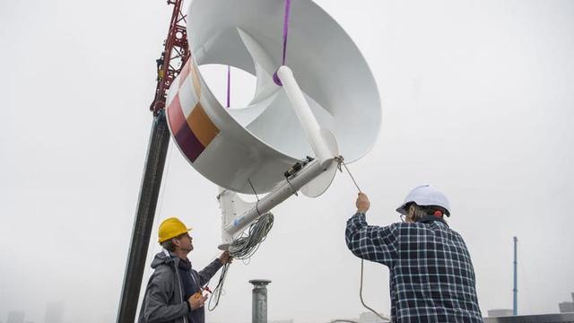 Woningcorporatie plaatst twee grote windturbines op dak