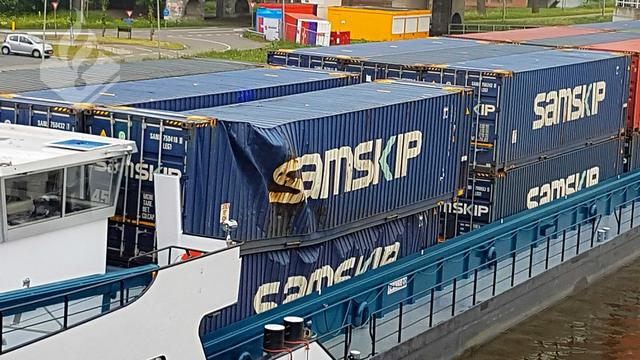 Containerschip vaart tegen spoorbrug Gouda, treinverkeer stilgelegd