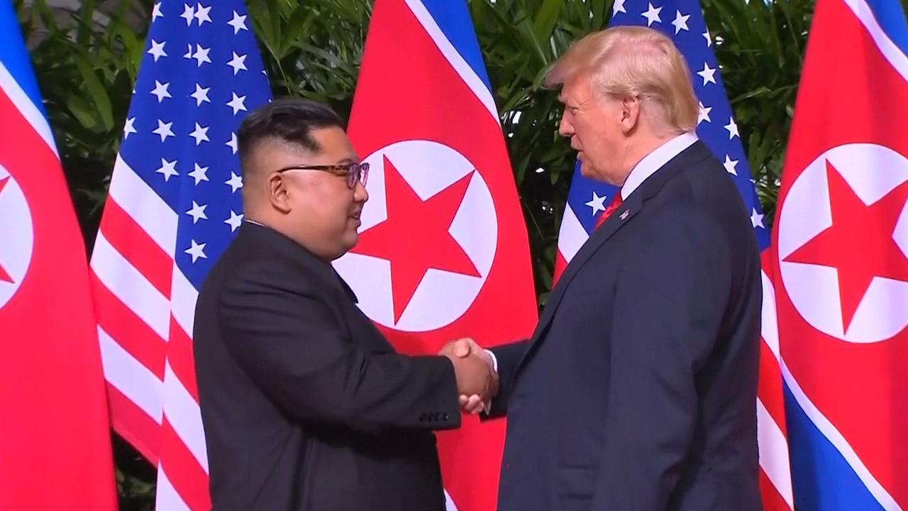 Trump en Kim schudden elkaar de hand in Singapore
