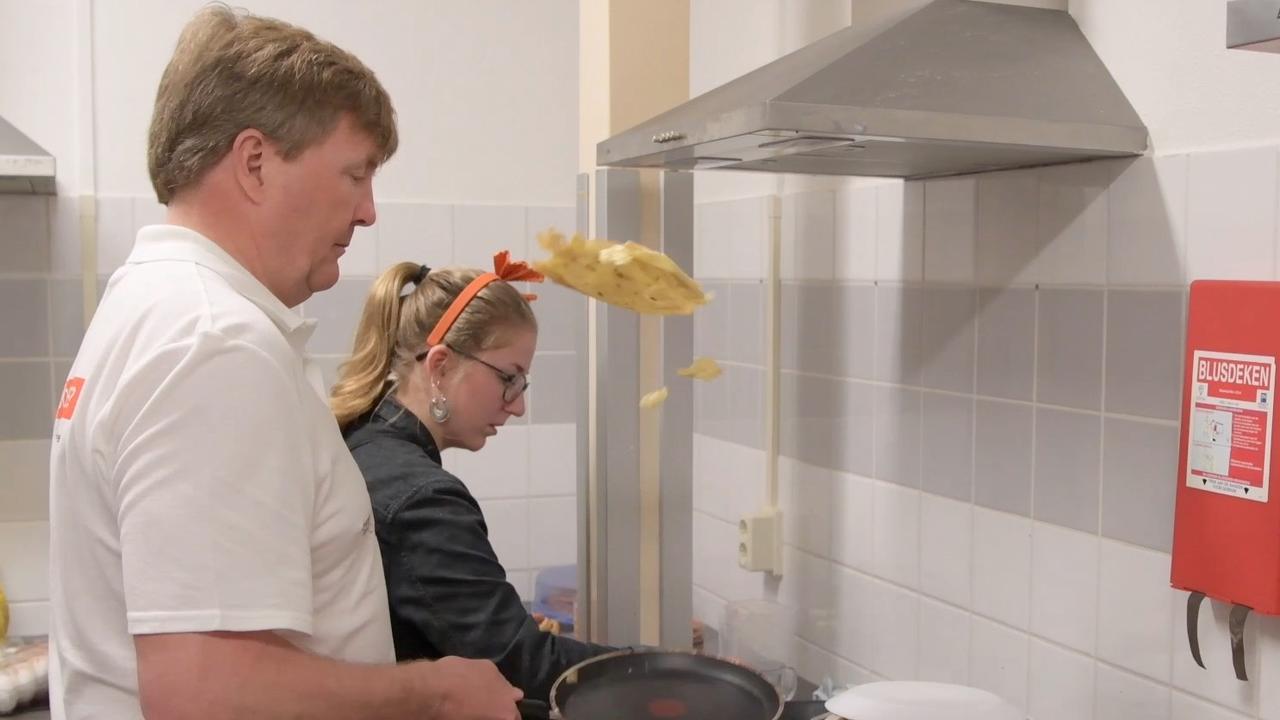 Koning stuntelt met bakken van pannenkoek op vrijwilligersdag