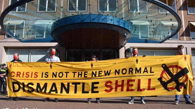 Actiegroepen demonstreren voor hoofdkantoor Shell in Den Haag
