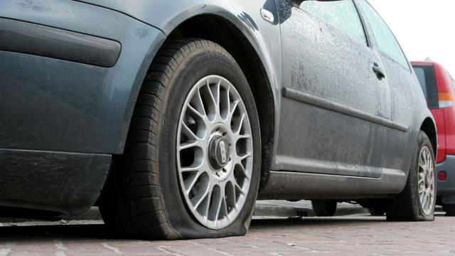 Amsterdammer opgepakt voor leksteken 34 autobanden in Almere