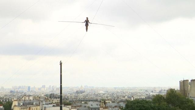 Française koorddanst op 35 meter hoogte over Parijs